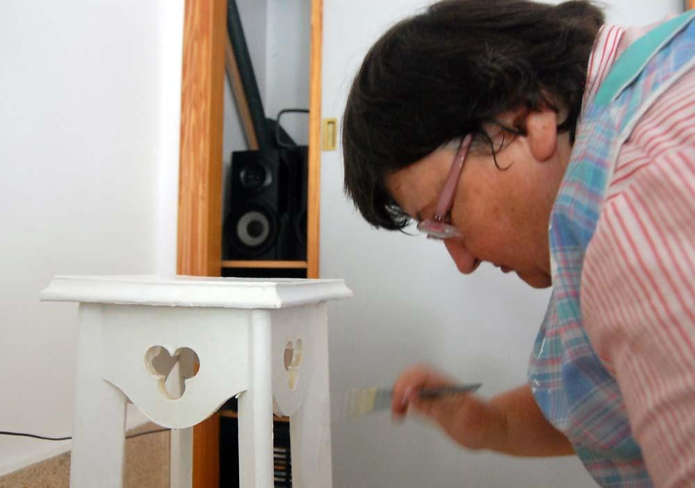 Mujer pintando un mueble