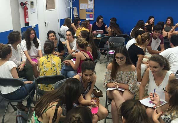 Grupos de jóvenes debatiendo