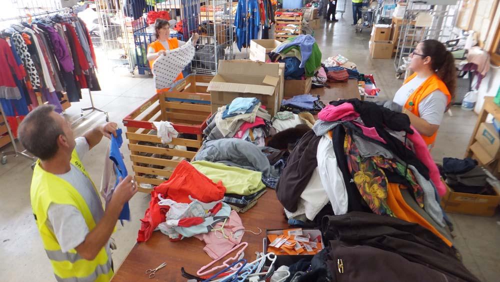 Gent seleccionant roba